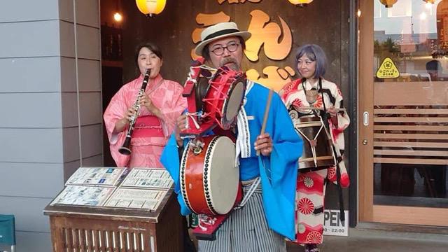 名古屋のイベントを賑やかしライブする三ヶ根宣伝社